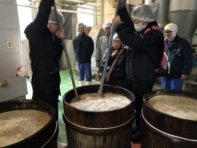 地元の人たちと作る醤油:もろみ仕込み体験